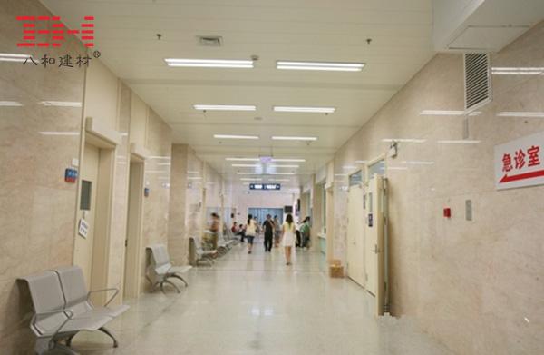 项目说明 常州市第一人民医院座落于常州市中心,占地面积6.5万平方米,是一所三级甲等综合性医院,并被确立为江苏省首批基本现代化医院之一。医院门急诊大楼中庭顶部的玻璃顶篷,为大楼内部提供自然采光。大厅和过道大量应用S300条形铝扣板天花吊顶,不但增强了室内的明亮感,还表现出轻松的线条导向感,给病人营造出轻松舒适的就医环境。 图片展示    应用产品 - 条形铝天花板