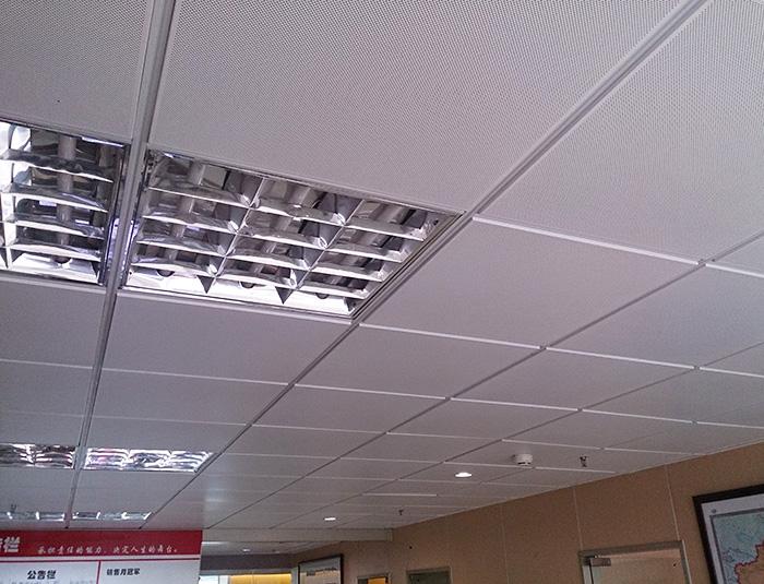 铝扣板吊顶结构灵活:一种是将龙骨凸现在铝扣板