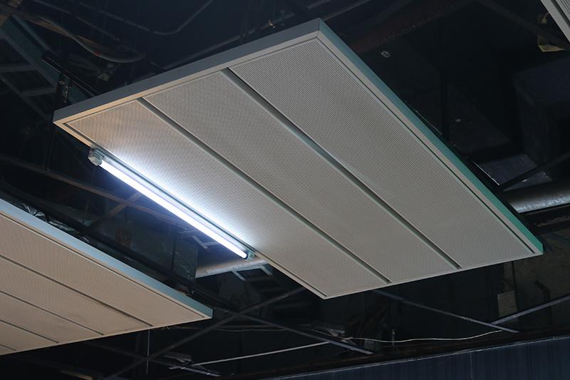 装修设计很讲究,例如1号线地铁广州东站,使用了组合式的铝天花板吊顶.