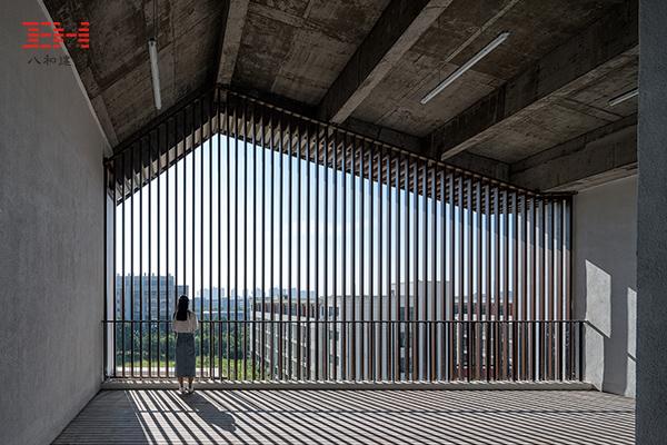案例欣赏:铝合金格栅、铝方通装饰安徽大学艺术与传媒学院美术楼07.jpg