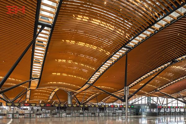 弧形铝方通打造珠澳大桥香港口岸旅检大楼穹顶装饰01.jpg