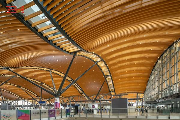 弧形铝方通打造珠澳大桥香港口岸旅检大楼穹顶装饰03.jpg