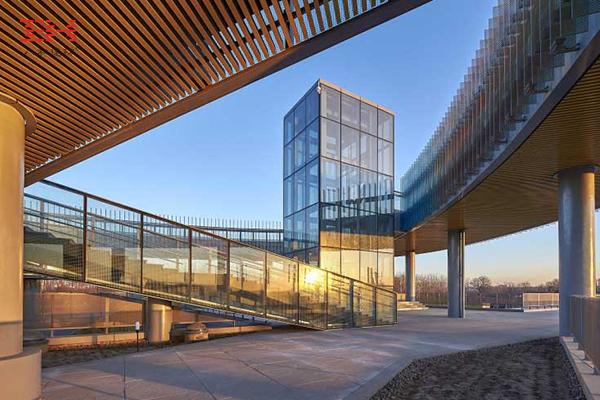 案例欣赏:木纹U型铝方通装饰唐山世界园艺博览会低碳生活馆天花