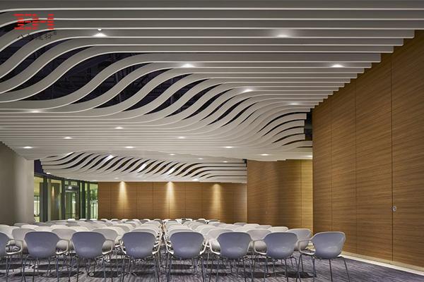 案例欣赏:医疗中心教学空间和会议空间的弧形铝方通吊顶