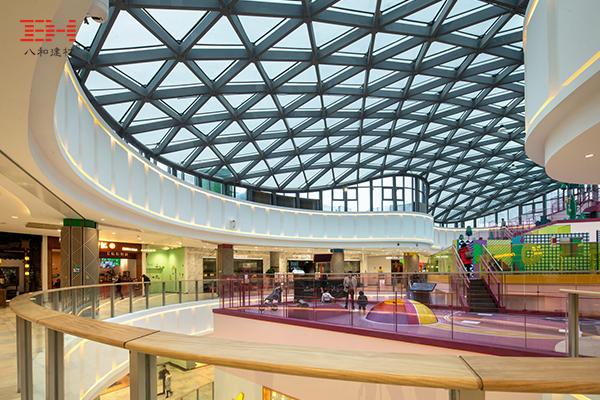 嘉兴合乐城中庭顶棚,由型材铝方管组成的三角形铝格栅天花