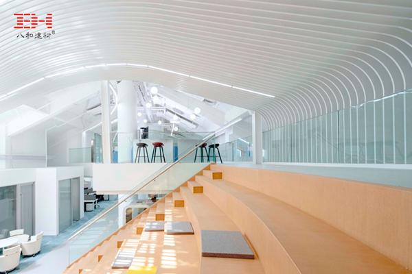 北京腾盛博药全球研发中心,办公空间的的弧形铝方通天花