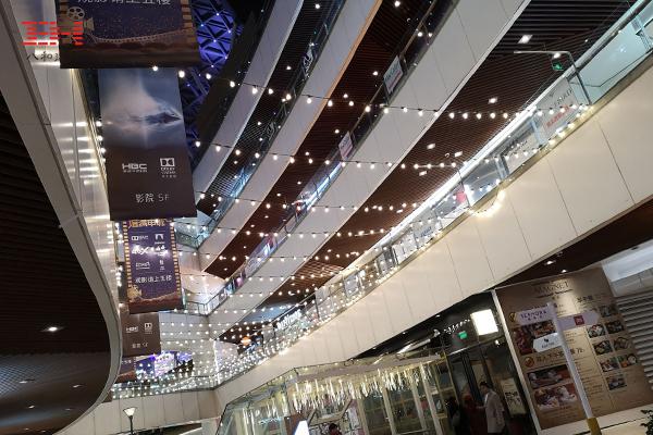 型材铝方通、木纹型材铝方通装饰的上海长风大悦城天花吊顶