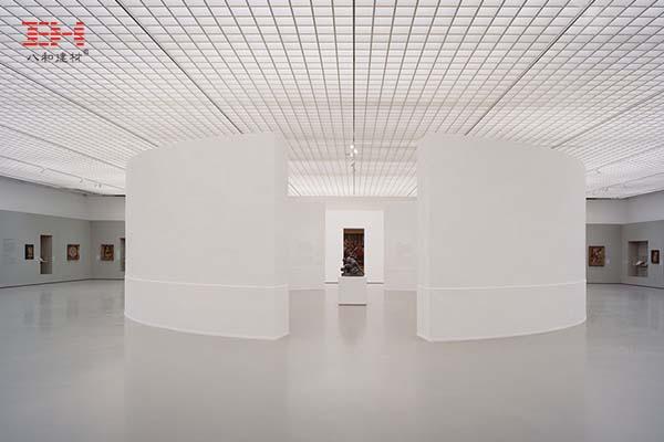 案例欣赏:方形铝格栅吊顶装饰的美术馆展厅天花