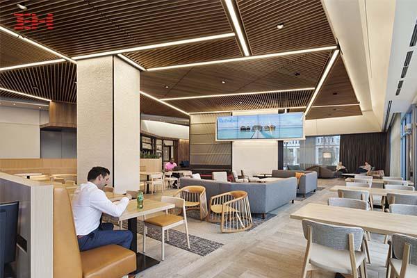 希尔顿总部社交场所餐厅的木纹型材铝方通天花吊顶装饰