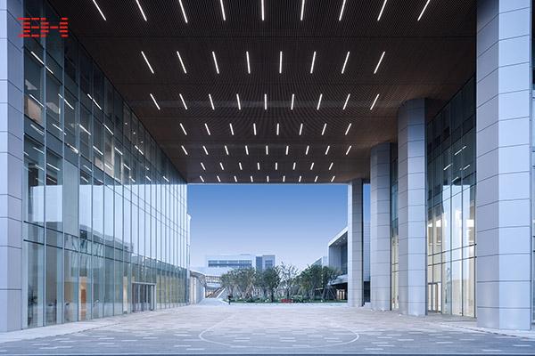 案例欣赏:办公楼中空通道天花的木纹铝方通吊顶