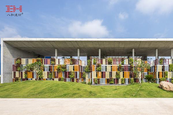 彩色穿孔铝板拼成的屏风式立面,不再是千篇一律的百叶窗设计