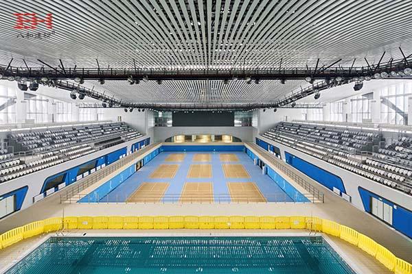 案例欣赏:黄龙体育中心游泳跳水馆室内天花的弧形铝方通装饰