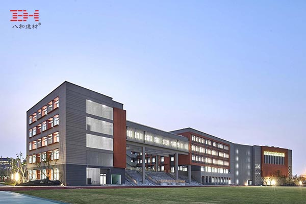 案例欣赏:遮阳铝板、穿孔铝板、铝百叶与石材涂料组成的学校幕墙