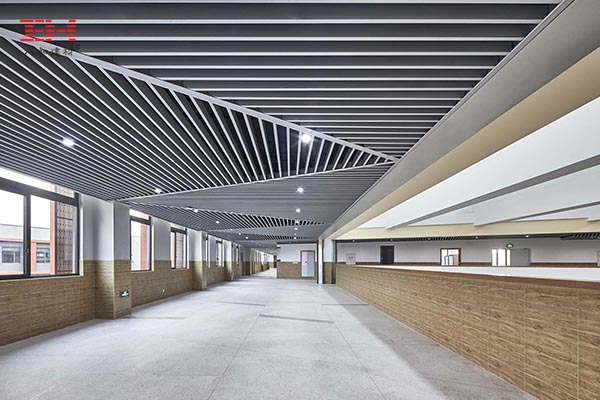 营造开放的室内和走廊环境,学校铝方通天花吊顶案例