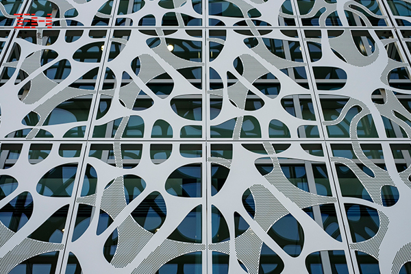穿孔铝板装饰美国Stephen A. Levin神经与行为科学大楼的室内外