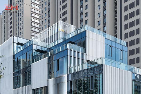 铝方管格栅装饰的杭州立方长廊外立面