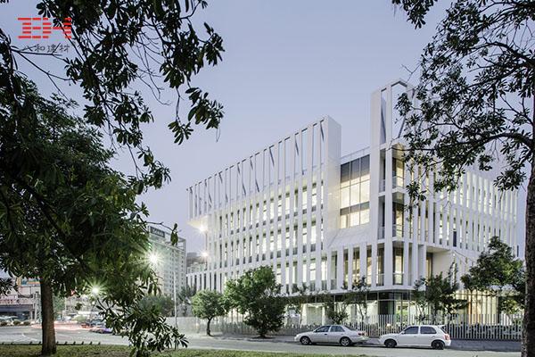 案例欣赏:间隔设置的幕墙铝单板装饰主体建筑过道外墙