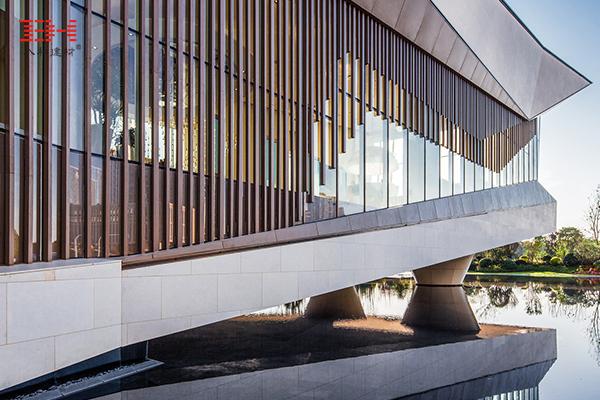 案例欣赏:型材铝单板点缀生活方式体验馆外墙