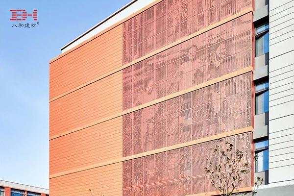 案例欣赏:由冲孔铝板呈现的画面图案装饰学校立面