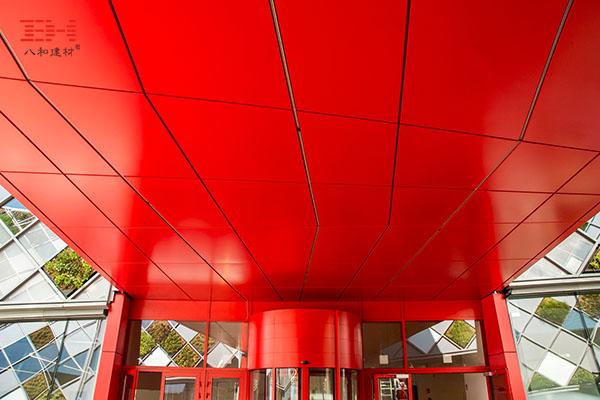 案例欣赏:大红色铝单板天花装饰办公楼连廊通道